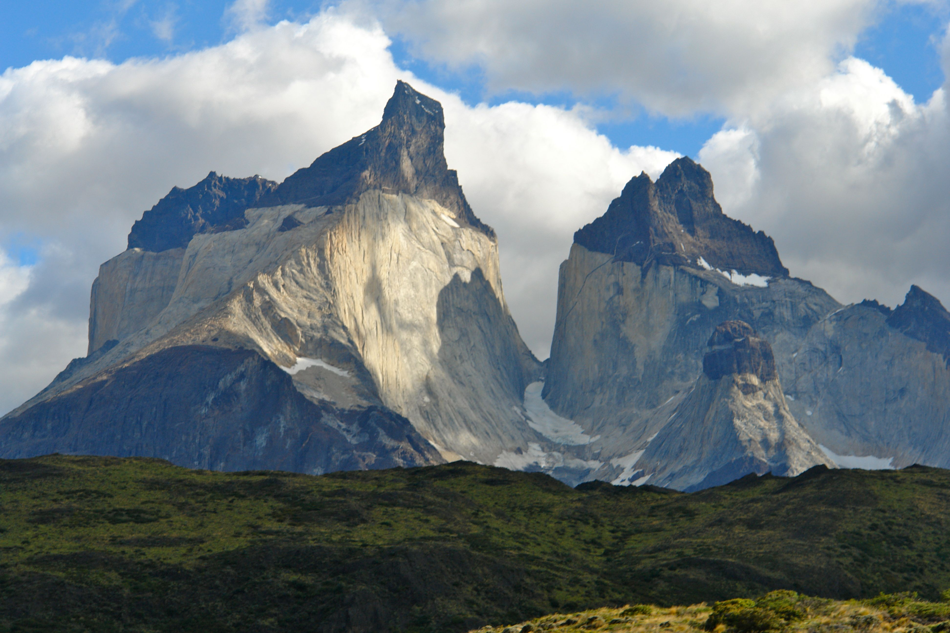Northward_View_of_Cuernos_del_Paine_(The_Horns_of_Paine),_Torres_del_Paine_National_Park,_Chile.jpg